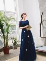 ชุดราตรียาว ออกงาน ตัวเสื้อผ้าลูกไม้สีน้ำเงิน แขนยาวสามส่วน ด้านนอกของเสื้อผ้าลูกไม้