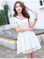 ชุดเดรสน่ารัก ตัวเสื้อผ้าลูกไม้ สีขาว คอปก ปลายแขนเสื้อ เย็บตัดด้วยผ้าลายตารางสีขาว