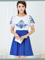 ชุดเดรสสั้น ผ้าชีฟอง เนื้อดีสีขาว ปักลายดอกไม้ที่หน้าอกและแขนเสื้อสีน้ำเงิน คอและปลายแขนเสื้อจั๊ม