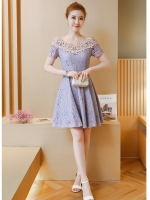 ชุดเดรสออกงาน ตัวเสื้อผ้าลูกไม้ลายดอกไม้สีชมพู ซับในด้วยผ้าสีฟ้า คอวี ไหล่ป้าน