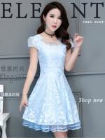 ชุดเดรสลูกไม้ ผ้าเนื้อเงาสวยสีฟ้า คอเสื้อแต่งด้วยผ้าโปร่งแต่งด้วยเหลือบสีเงินสวย