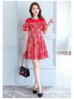 ชุดเดรสสีแดง ผ้าชีฟองเนื้อหนาลายตามแบบ ช่วงไหล่และคอเสื้อเป็นผ้าลูกไม้สีแดง
