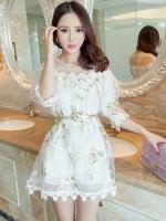 ชุดเดรสผ้าไหมแก้ว ลายดอกไม้ สีขาว ซีทรูช่วงไหล่ หน้าอกและชายกระโปรงแต่งด้วยผ้าถักรูปดอกไม้