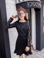 ชุดเดรสสั้นสีดำ ชุดสีดำ แขนยาว ตัวเสื้อเป็นผ้าทำเป็นรูปดอกกุหลาบ แขนเสื้อผ้าลูกไม้สีดำ