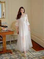 ชุดเดรสยาว ผ้าลูกไม้ปักลายผีเสื้อ และแต่งด้วยผ้าถักรูปผีเสื้อสีขาวลอยออกมาจากตัวชุด