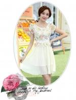 ชุดเดรสสวยๆ ตัวเสื้อผ้าลูกไม้ ปักสีครีม พิมพ์ลายดอกกุหลาบ