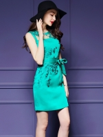 ชุดเดรสสวยๆ ผ้าโพลีเอสเตอร์สีเขียว แขนกุด ทรงตรง เข้ารูปช่วงเอว