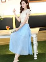 ชุดเดรสยาว ตัวเสื้อผ้าลูกไม้ แขนสั้น สีขาวครีม แต่งด้วยมุกสีขาว รอบคอเสื้อกระโปรงยาวผ้าชีฟอง อัดพลีต สีฟ้า