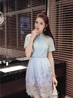 ชุดเดรสสวยๆ ตัวเสื้อผ้าลูกไม้ชนิดเนื้อนิ่ม ยืดหยุ่นได้ดี สีฟ้า คอจีน แขนสั้น