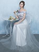 ชุดราตรียาว ตัวเสื้อผ้าซาตินสีขาวครีมปักลายดอกกุหลาบสีแดงอมม่วง ใบไม้สีเงิน เดรสเปิดไหล่