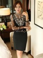 เสื้อผ้าลูกไม้ สีดำ หน้าอกเสื้อ แต่งด้วยผ้าโปร่งปักลายดอกไม้ และรูปโบว์ สีเหลือบทอง ประดับมุก