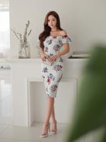 ชุดเดรสสวยๆ ผ้าโพลีเอสเตอร์ผสม พื้นสีขาว พิมพ์ลายดอกไม้โทนสีแดงและน้ำเงิน เปิดไหล่
