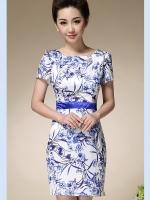 ชุดเดรสผ้าไหม silk เนื้อนุ่มลื่น พื้นสีขาว พิมพ์ลายดอกไม้สีน้ำเงิน