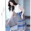ชุดเดรสยาว ตัวเสื้อผ้าลูกไม้สีขาว ไหล่บ่าล้ำ รอบคอเสื้อและแขนเสื้อซับด้านในด้วยผ้าสีน้ำเงิน thumbnail 6