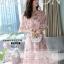 ชุดเดรสชีฟอง ผ้าเนื้อดีสีชมพู พิมพ์ลายดอกกุหลาบ และแต่งด้วยผ้ารูปดอกไม้สีชมพู thumbnail 1