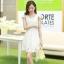 ชุดเดรสเกาหลี เดรสตัวเสื้อผ้าลูกไม้ เนื้อนิ่ม ยืดหยุ่นได้ดี สีขาว เนื้อเงาระยิบ แต่งโบว์ใหญ่ที่ไหล่ thumbnail 1