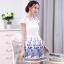 ชุดเดรสสั้น ผ้าไหมแก้วสีขาว ทอลายเส้นในตัว รอบคอเสื้อ และกระโปรงพิมพ์ลายดอกกุหลาบ สีฟ้าน้ำเงิน สวยมากๆ thumbnail 4