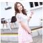 ชุดเดรสน่ารัก ตัวเสื้อผ้าลูกไม้ สีขาว คอปก ปลายแขนเสื้อ เย็บตัดด้วยผ้าลายตารางสีชมพู thumbnail 3