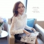 แฟชั่นเกาหลี เสื้อผ้าลูกไม้สีขาว เนื้อนิ่ม ยืดหยุ่นได้ดีลายดอกไม้ คอเสื้อแต่งด้วยมุกสีขาว หมุดสีเงิน thumbnail 6