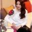 เสื้อไหมพรม ขนฟู สีขาว แขนยาว แต่งไหล่ขวาด้วยผ้าถักโครเชต์ลายดอกกุหลาบสีแดง ดีไซน์เก๋ thumbnail 8