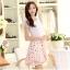 ชุดเดรสสั้น ผ้าชีฟอง ลายดอกไม้ สีขาว พื้นสีชมพู ตัวเสื้อเย็บซ้อนกับผ้าถัก สีขาว thumbnail 3