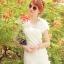 ชุดเดรสสั้น ชุดเดรสเจ้าหญิง ผ้าลูกไม้สีขาว ยืดหยุ่นได้ดี ไหล่บ่าล้ำ แต่งช่วงไหล่และชายกระโปรง ด้วยผ้าชีฟองรูปดอกไม้ thumbnail 1