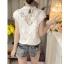 เสื้อผ้าผูกไม้สีขาว รอบคอเสื้อแต่งด้วยผ้าถักโครเชต์ หน้าอกเย็บซ้อนด้วยผ้าลูกไม้อีกลายนึง 2 ชั้น thumbnail 7