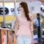 เสื้อแฟชั่นเกาหลี เสื้อผ้าชีฟองสีชมพู แขนเสื้อผ้าชีฟองลายดอกไม้ โทนสีแดง มาพร้อมเข็มกลัดสร้อยคอมุกสีขาว thumbnail 2