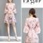 ชุดเดรสชีฟอง ผ้าเนื้อดีสีชมพู พิมพ์ลายดอกกุหลาบ และแต่งด้วยผ้ารูปดอกไม้สีชมพู thumbnail 7
