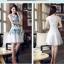 ชุดเดรสสั้น Brand Yimei ชุดเดรส ผ้าไหมลายผ้าย่นเล็กๆ สีขาว แขนบ่าล้ำ ตัวชุดด้านหน้าเป็นงานปักลายดอกไม้สีฟ้า สวยมากๆครับ (พร้อมส่ง) thumbnail 4