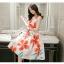 ชุดเดรสยาว ผ้าซาตินพื้นสีขาว ลายดอกไม้ สีส้มแดง แขนกุด thumbnail 3