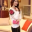 เสื้อไหมพรม ขนฟู สีขาว แขนยาว แต่งไหล่ขวาด้วยผ้าถักโครเชต์ลายดอกกุหลาบสีแดง ดีไซน์เก๋ thumbnail 3