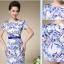 ชุดเดรสผ้าไหม silk เนื้อนุ่มลื่น พื้นสีขาว พิมพ์ลายดอกไม้สีน้ำเงิน thumbnail 2