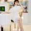 ชุดเดรสสีขาว ตัวชุดมีดีเทลเยอะสวยมากๆ ด้านนอกสุดของชุดเป็นผ้าลูกไม้ปักลายดอกไม้ thumbnail 8
