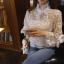 เสื้อผ้าลูกไม้ ถักสีขาวแขนยาว คอเสื้อและปลายแขนเสื้อแต่งด้วยผ้าริบบิ้นรูปโบว์ ชายปล่อย thumbnail 3