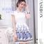 ชุดเดรสสั้น ผ้าไหมแก้วสีขาว ทอลายเส้นในตัว รอบคอเสื้อ และกระโปรงพิมพ์ลายดอกกุหลาบ สีฟ้าน้ำเงิน สวยมากๆ thumbnail 2