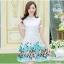 ชุดเดรสสั้น ชุดเดรสผ้า organza สีขาว ปักด้ายลายดอกไม้โทนสีฟ้าที่กระโปรง สวยมากๆ เลยครับ thumbnail 2