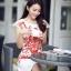 ชุดเดรสเกาหลี Brand Yi mei ชุดเดรสผ้าไหม ลายผ้าย่นเล็กๆ สีขาว แขนบ่าล้ำ ตัวชุดด้านหน้าเป็นงานปักลายดอกไม้สีส้ม สวยมากๆครับ (พร้อมส่ง) thumbnail 5