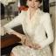 เสื้อคลุมเกาหลี Brand Solo style เสื้อคลุมแขนยาว ผ้าลูกไม้เนื้อดีสีขาว คอวี แต่งคอเสื้อด้วยผ้าถัก สีเหลือบทองประดับมุก สวยมากๆครับ (พร้อมส่ง) thumbnail 4
