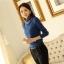 เสื้อแฟชั่น ผ้าคอตตอผสม แขนยาว สีน้ำเงิน แต่งคอเต่าซ้อนหลายชั้น ขอบสีทอง คอเสื้อแต่งด้วยมุกสีขาว thumbnail 5