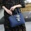 Pre-order กระเป๋าถือและสะพายข้างผู้หญิง เย็บลายตาราง แฟชั่นเกาหลี รหัส KO-9093 สีน้ำเงิน * แถมตุ๊กตาหมี thumbnail 1