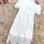 ชุดเดรสสีขาว ตัวชุดมีดีเทลเยอะสวยมากๆ ด้านนอกสุดของชุดเป็นผ้าลูกไม้ปักลายดอกไม้ thumbnail 10
