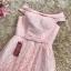 ชุดราตรีสั้น ออกงานสุดหรู ตัวชุดเป็นผ้าลูกไม้ลายตามแบบสีชมพู ดีไซน์เปิดไหล่ ปิดต้นแขน thumbnail 6