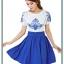 ชุดเดรสสั้น ผ้าชีฟอง เนื้อดีสีขาว ปักลายดอกไม้ที่หน้าอกและแขนเสื้อสีน้ำเงิน คอและปลายแขนเสื้อจั๊ม thumbnail 2