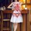 ชุดเดรสเกาหลี Brand Yi mei ชุดเดรสผ้าไหม ลายผ้าย่นเล็กๆ สีขาว แขนบ่าล้ำ ตัวชุดด้านหน้าเป็นงานปักลายดอกไม้สีส้ม สวยมากๆครับ (พร้อมส่ง) thumbnail 3