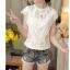 เสื้อผ้าผูกไม้สีขาว รอบคอเสื้อแต่งด้วยผ้าถักโครเชต์ หน้าอกเย็บซ้อนด้วยผ้าลูกไม้อีกลายนึง 2 ชั้น thumbnail 3