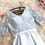 ชุดราตรีสั้น ใส่ออกงานสุดหรู ตัวชุดเป็นผ้าไหมสีเทา ดีไซน์คอวี thumbnail 6