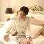เสื้อผ้าลูกไม้ แฟชั่นเกาหลี สีขาว เนื้อนิ่ม ยืดหยุ่นได้ดีลายดอกไม้ แขนยาว สวยหรูครับ thumbnail 5