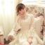 ชุดเดรสลูกไม้ แขนยาว Princess style สีครีม คอปักมุกสีขาว พร้อมเข็มกลัดรูปผู้หญิงติดที่คอเสื้อ thumbnail 9