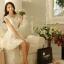ชุดเดรสสั้น SAI NA ชุดเดรสผ้าลายดอกไม้สีขาวสุดหรู แขนบ่าล้ำ ชายกระโปรงและปลายแขนเสื้อ เป็นผ้ารูปดอกไม้สวยมากๆ ครับ thumbnail 2